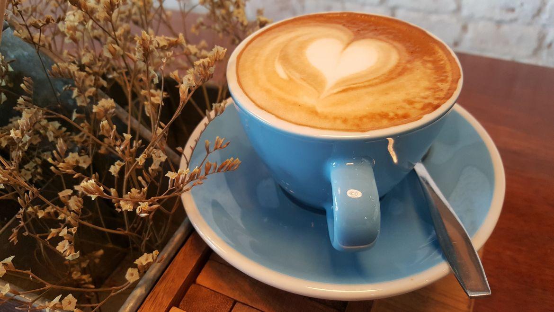 Dentysta wyjaśnia: Możesz pić kawę i mieć białe zęby