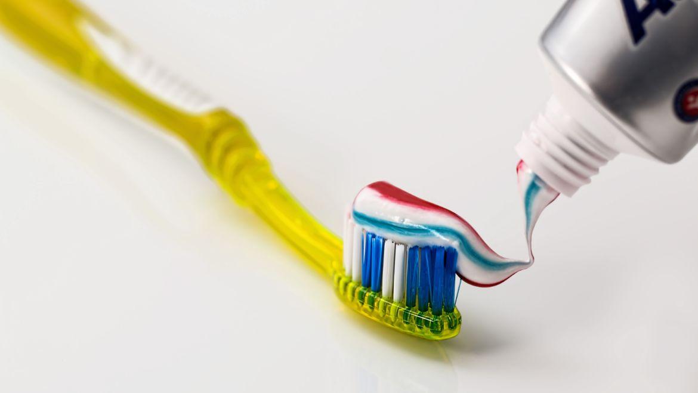 Kiedy myć zęby? Dentysta radzi.