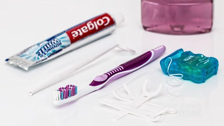Nitkowanie zębów tylko z pozoru jest proste