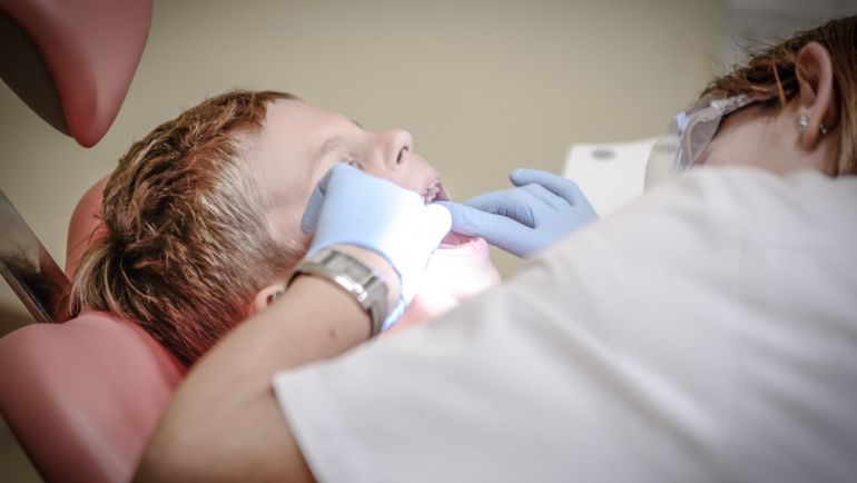 Ból zęba w sobotę u dziecka – jak pomóc?