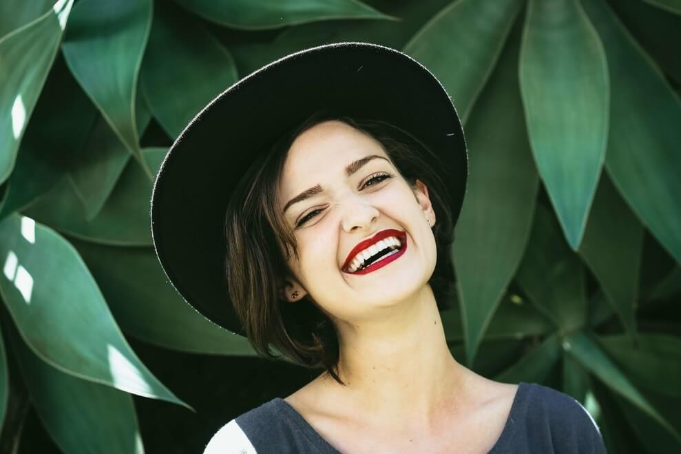 Nakładkowe wybielanie zębów. Postępowanie, cena i skutki uboczne.